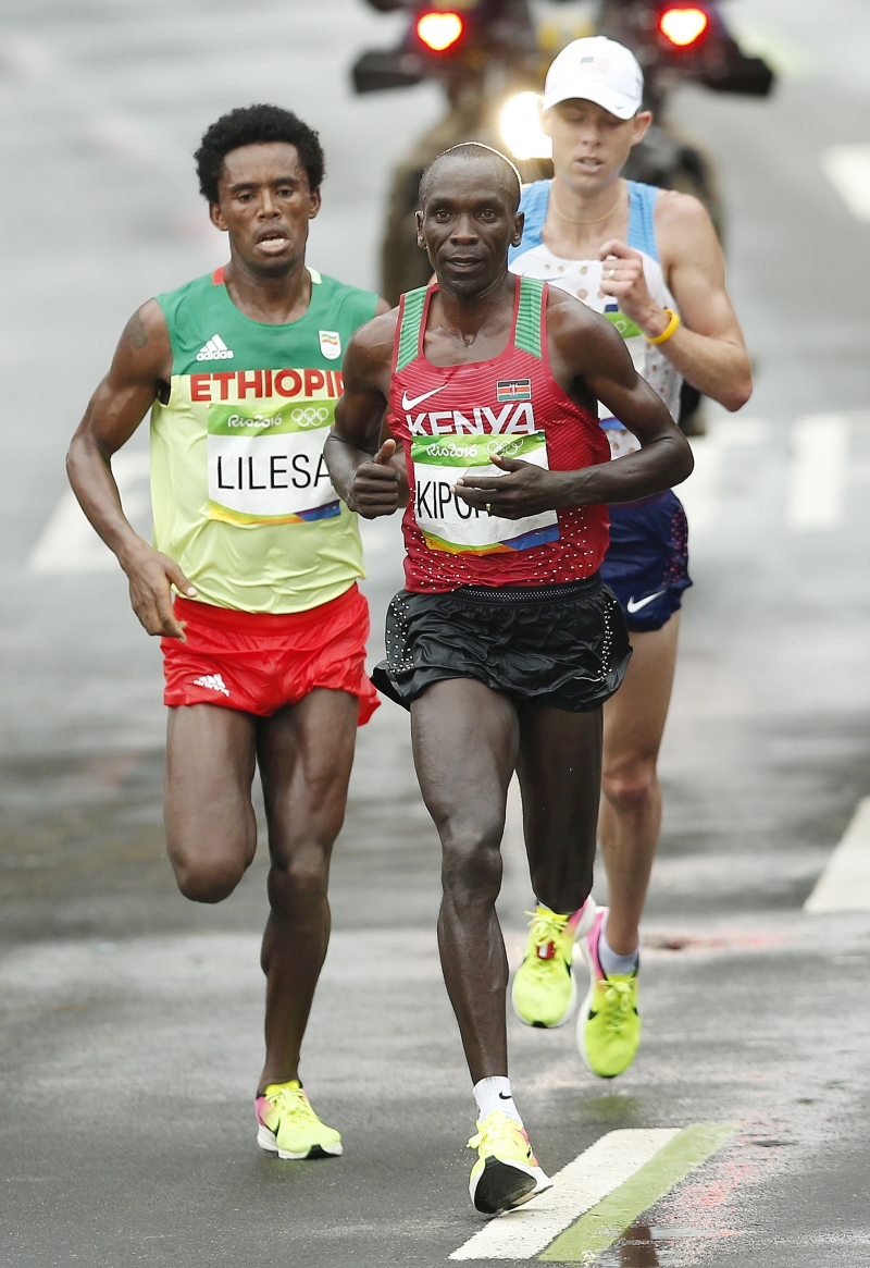 epa05504771 Feyisa Lilesa of Ethiopia, Eliud Kipchoge of Kenya and Galen Rupp of the US during the Men's Marathon at the Rio 2016 Olympic Games Athletics, Track and Field events in Rio de Janeiro, Brazil, 21 August 2016. EPA/YOAN VALAT